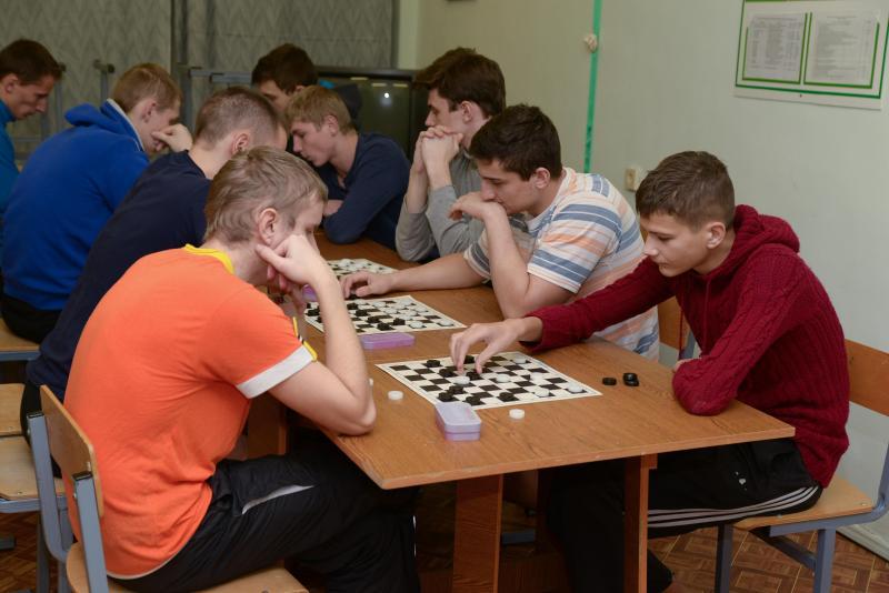 В общежитиях прошли соревнования по шашкам и шахматам