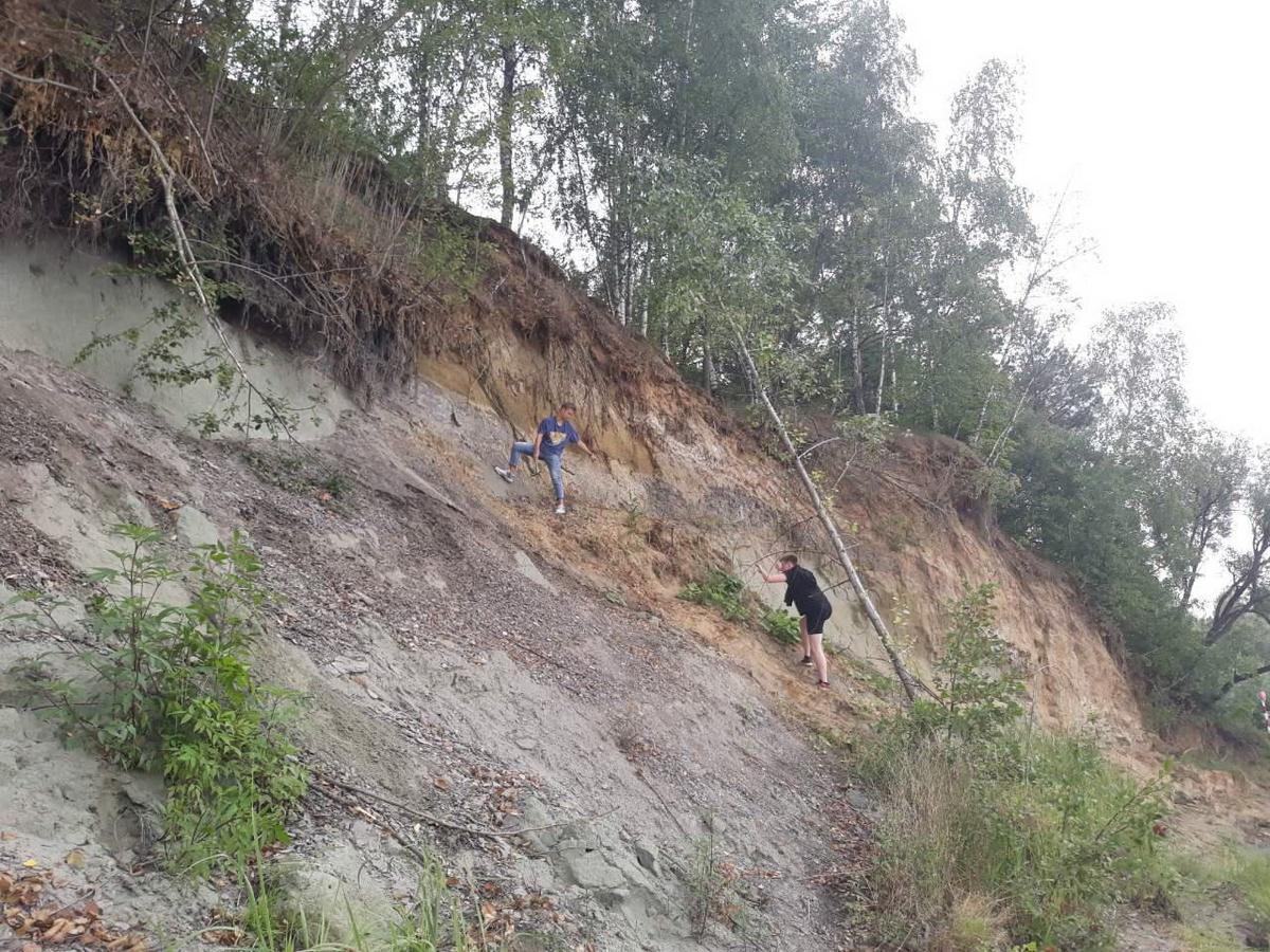 Геологическая практика или незабываемые приключения в горах 21_a_zdes_zameryayut_moshchnost_vydelennyh_plastov._so_strahovkoy_ne_strashno.jpg