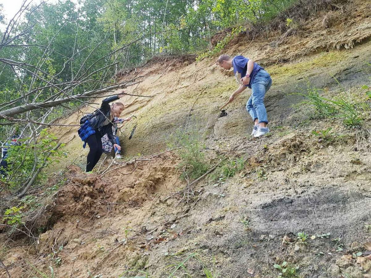 Геологическая практика или незабываемые приключения в горах 20_otbor_obrazcov_gornoy_porody_s_krutogo_sklona_lyahovoy_gory_so_strahovkoy.jpg